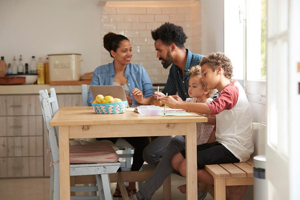 Famille qui fait de la peinture