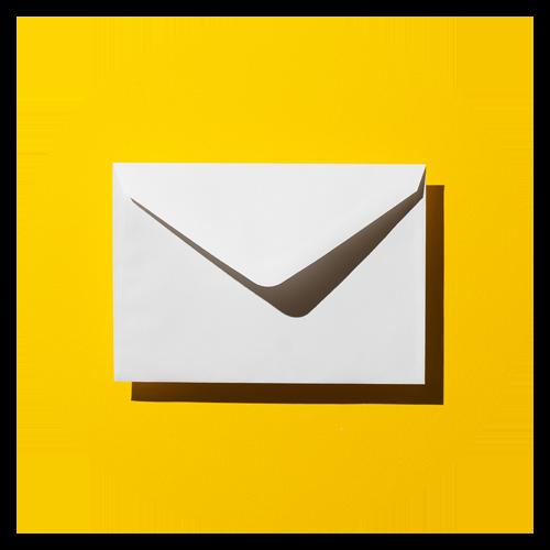 Enveloppe blanche sur fond jaune